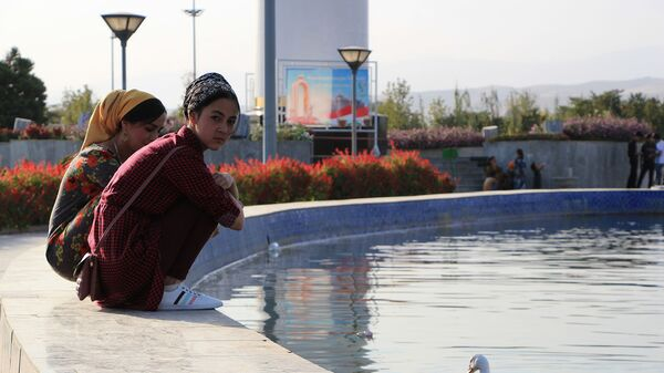 Жители города Душанбе у фонтана - Sputnik Таджикистан