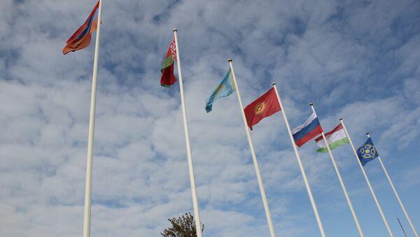Государственные флаги на церемонии открытия учений ОДКБ на полигоне в Ростове - Sputnik Тоҷикистон