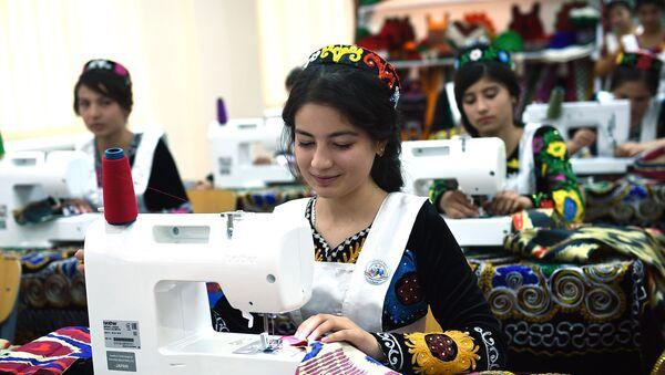 Девушка за швейной машинкой - Sputnik Таджикистан