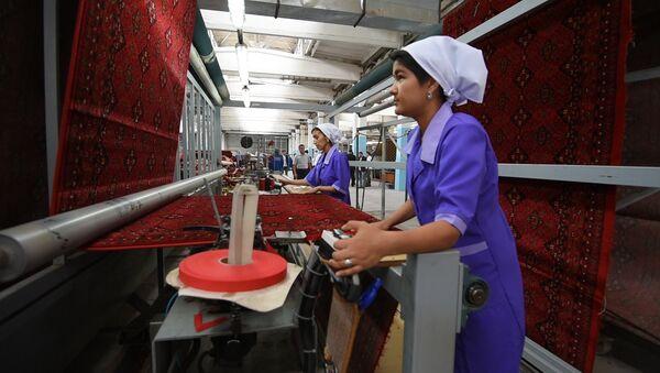 Знаменитые таджикские ковры производства ОАО «Колинхои Кайроккум» не уступает по качеству импортной продукции - Sputnik Таджикистан
