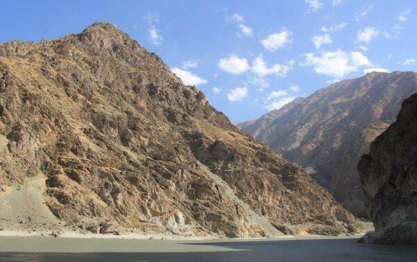 Горы в Таджикистане в доль реки Пяндж - Sputnik Таджикистан
