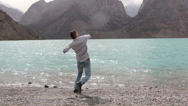 На берегу озера Искандеркуль в Таджикистане - Sputnik Таджикистан