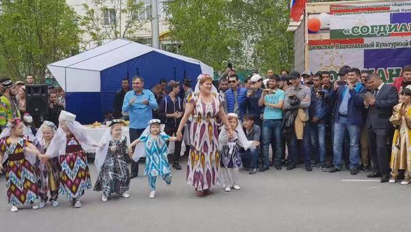 Русская учительница танцует Таджикские танцы в детском саду - Sputnik Тоҷикистон