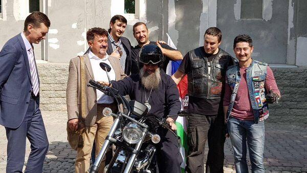 Священник позирует на мотоцикле Фархода Калонова - Sputnik Таджикистан
