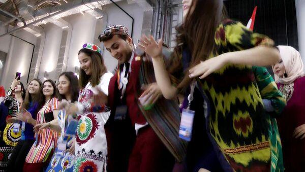 Таджикская делегация устроила танцевальный флешмоб на фестивале в Сочи - Sputnik Тоҷикистон