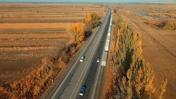 Восьмикилометровая пробка на границе с Казахстаном — впечатляющая аэросъемка - Sputnik Таджикистан