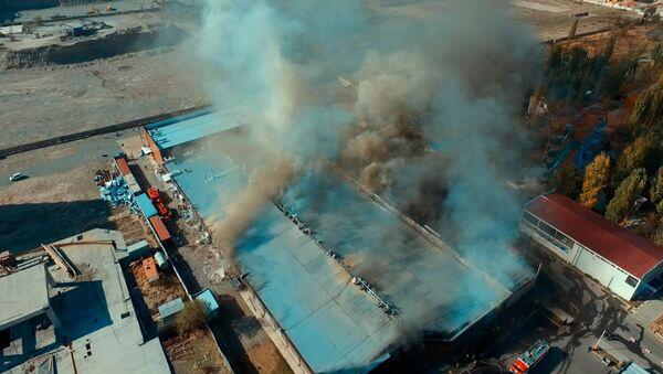 Пожар в нескольких кафе на юге Бишкека — видео с дрона - Sputnik Тоҷикистон