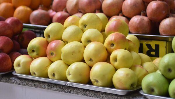 Яблоки на рынке, архивное фото - Sputnik Таджикистан