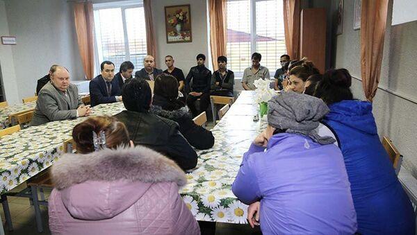 Представители посольства Таджикистана и Минтруда РТ в Центре временного содержания иностранных граждан в Сахарово - Sputnik Таджикистан