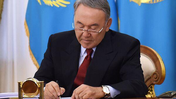 Нурсултан Назарбаев подписывает закон РК. Архивное фото - Sputnik Тоҷикистон