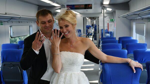 Свадебная церемония пары с кольцами Тройка - Sputnik Таджикистан