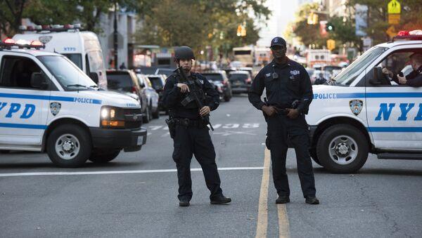 Полицейские на месте наезда грузовика на людей в Нью-Йорке. 31 октября 2017 - Sputnik Тоҷикистон