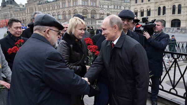 Президент РФ В. Путин возложил цветы к памятнику К. Минину и Д. Пожарскому - Sputnik Таджикистан