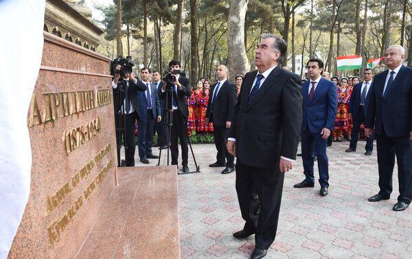 Президент Таджикистана Эмомали Рахмон в парке культуры и отдыха имени Садриддина Айни после реконструкции - Sputnik Таджикистан