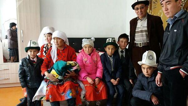 Атамбаев в Нарыне купил дом семье памирских кыргызов - Sputnik Таджикистан