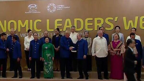 Первая встреча Путина и Трампа на саммите АТЭС - Sputnik Таджикистан