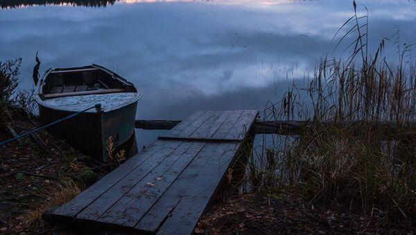 Рыбачья лодка на берегу реки, архивное фото  - Sputnik Тоҷикистон