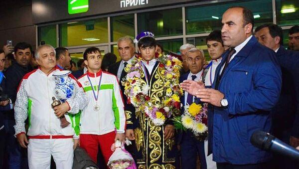 Встреча чемпиона мира по самбо Бехруза Ходжазода в Душанбе - Sputnik Тоҷикистон