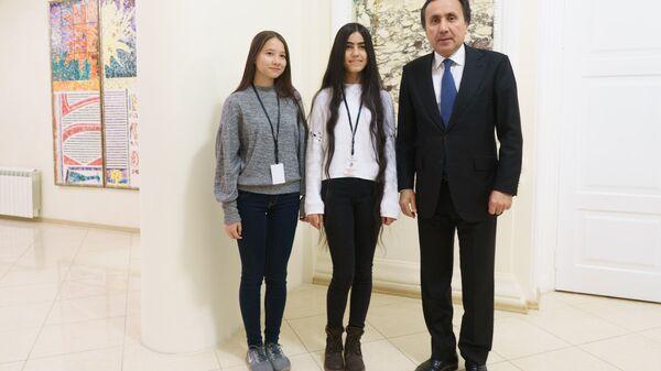 Ёсуман Исмонзода, Манижа Тошболтаева и посол Таджикистана в России Имомуддин Сатторов - Sputnik Таджикистан