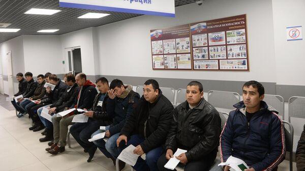 Иностранные граждане в очереди на дактилоскопическую регистрацию, архивное фото - Sputnik Таджикистан