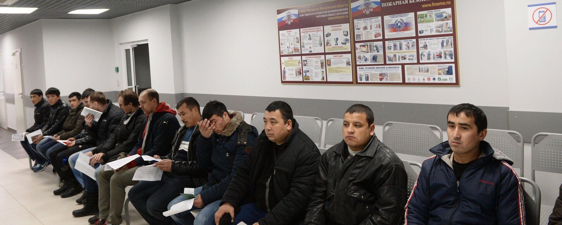 Иностранные граждане в очереди на дактилоскопическую регистрацию, архивное фото - Sputnik Таджикистан, 1920, 11.06.2021