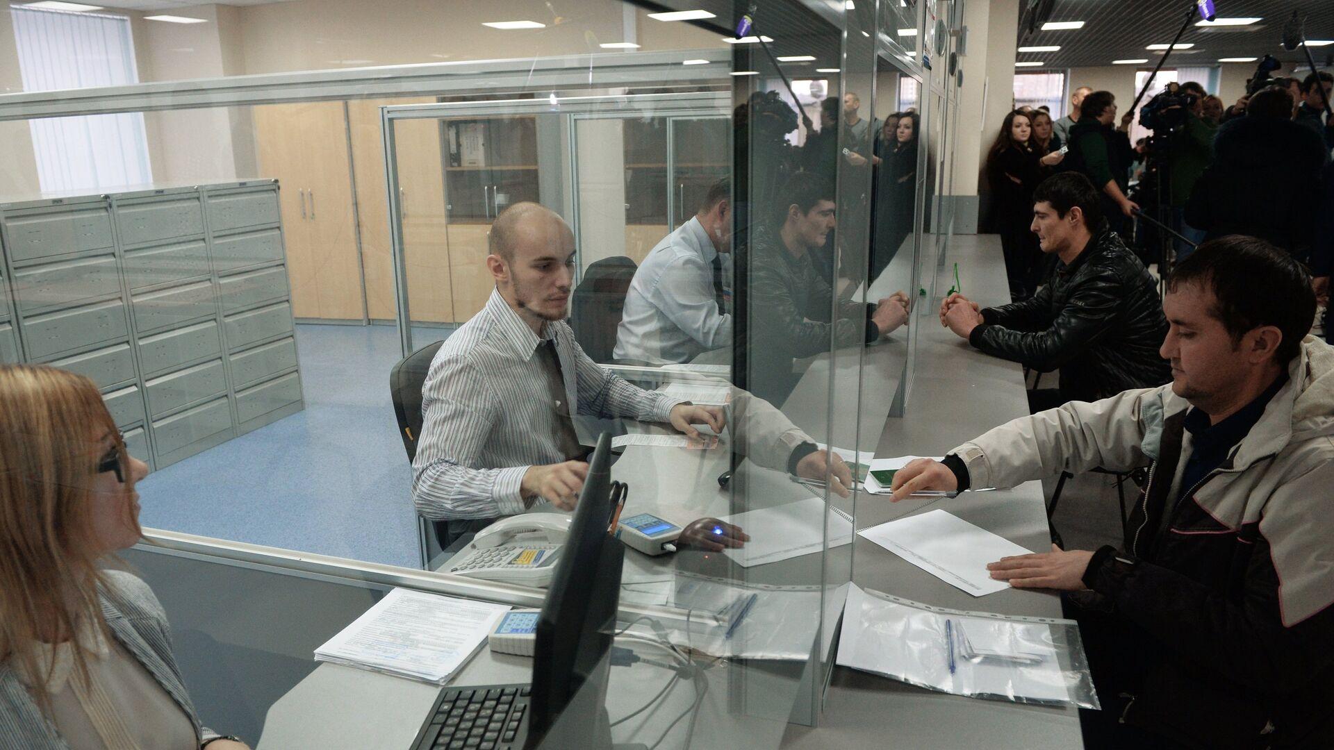 Выдача первых патентов в Едином миграционном центре Московской области, архивное фото - Sputnik Таджикистан, 1920, 10.07.2021