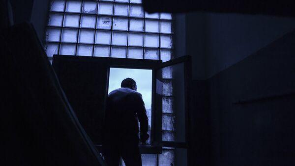 Мужчина у окна, архивное фото - Sputnik Таджикистан