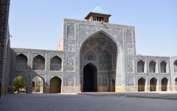Пространство внутреннего двора Пятничной мечети. К слову, акустика там потрясающая, из одного конца двора слышно, что говорят на другом - Sputnik Таджикистан