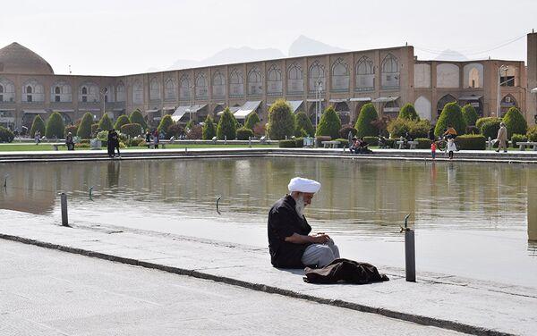 Специальный кран для совершения омовения возле фонтана на центральной площади в Исфахане - Sputnik Таджикистан