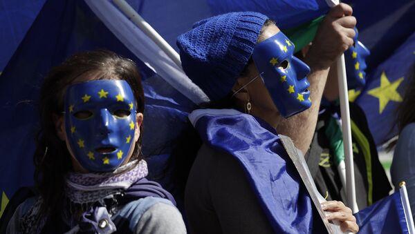 Молодые люди в масках ЕС - Sputnik Таджикистан