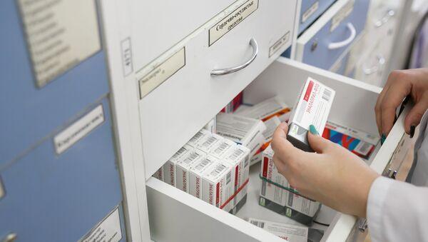 Фармацевт выбирает лекарство в аптеке, архивное фото - Sputnik Тоҷикистон