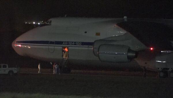Приземление российского самолета с оборудованием для поиска подлодки Сан-Хуан - Sputnik Таджикистан
