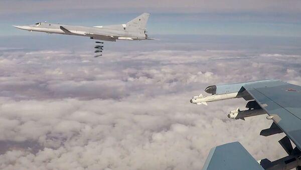 Дальний бомбардировщик Ту-22М3 наносит авиационный удар по объектам террористической группировки ИГ (террористическая организация, запрещена в России) в Сирии - Sputnik Таджикистан
