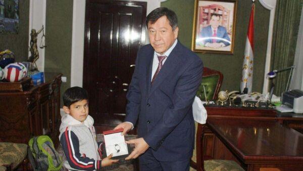 Министр МВД РТ Рамазон Рахимзода подарил часы молодому спортсмену, архивное фото - Sputnik Таджикистан