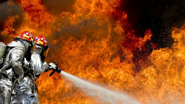 Пожарные тушат огонь, архивное фото - Sputnik Тоҷикистон