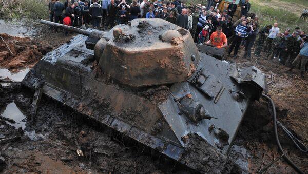 Танк Т-34, найденный поисковым отрядом в Псковской области - Sputnik Таджикистан