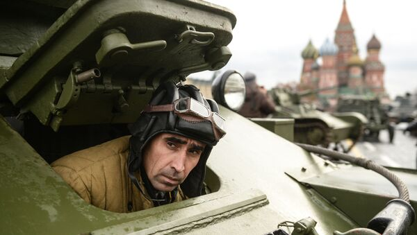 Военнослужащий на генеральной репетиции марша, посвященного 76-й годовщине парада 1941 года, на Красной площади в Москве - Sputnik Таджикистан