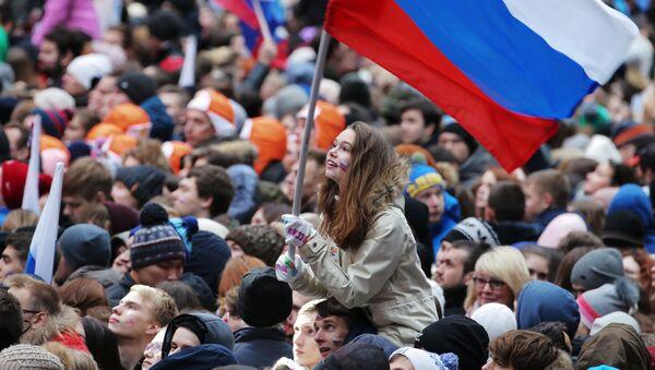 Посетители перед началом митинг-концерта Россия объединяет! на большой спортивной арене Лужники в Москве - Sputnik Таджикистан