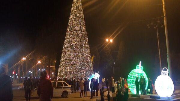 В Душанбе по инициативе мэра города Рустама Эмомали установили светодиодную елку - Sputnik Тоҷикистон