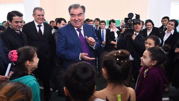 Президент РТ Эмомали Рахмон на открытии школы 44 после генерального ремонта - Sputnik Тоҷикистон
