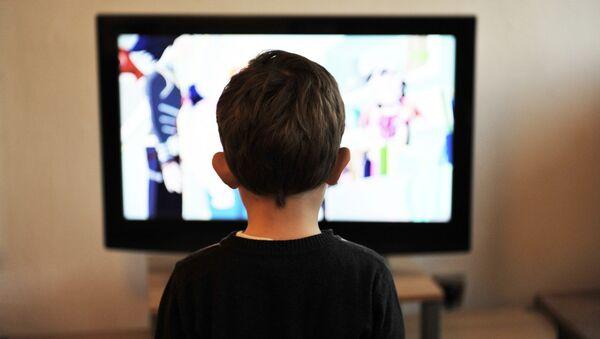 Ребенок смотрит мультфильм. архивное фото - Sputnik Таджикистан