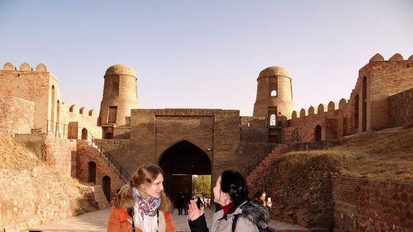 Послы русского языка на экскурсии в Гиссарской крепости, архивное фото - Sputnik Таджикистан