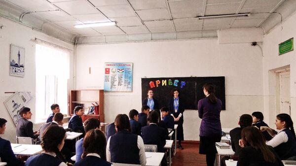Послы русского языка на экскурсии на уроке в таджикской школе, архивное фото - Sputnik Таджикистан