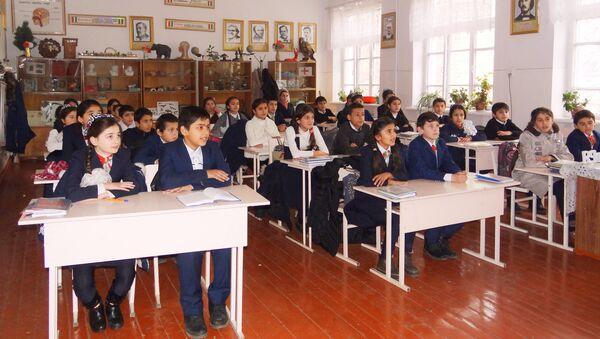 Таджикские школьники на уроке, архивное фото - Sputnik Таджикистан