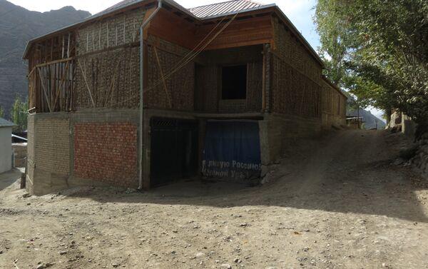 Куда бы ни ехал таджик на заработки - он вернётся строить свой дом, архивное фото - Sputnik Таджикистан