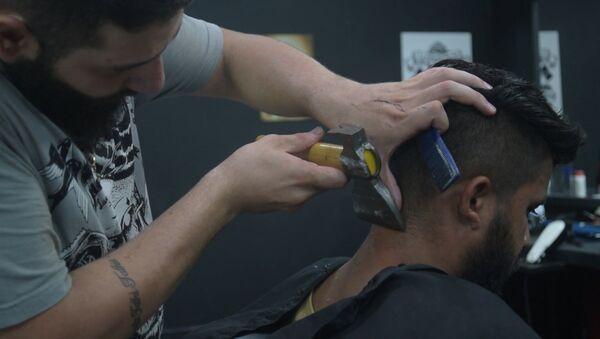 Сирийский беженец открыл в Бразилиа парикмахерскую, где стрижет людей с помощью топора - Sputnik Тоҷикистон