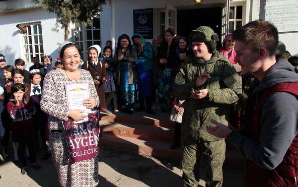 Военные РФ провели спортивные соревнования в школе кишлака Дареёбот - Sputnik Таджикистан