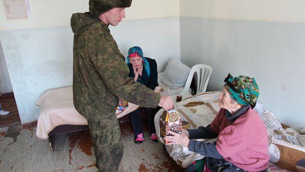 Российские военнослужащие посетили дом-интернат для престарелых и инвалидов в городе Яван 22 декабря 2017г - Sputnik Тоҷикистон