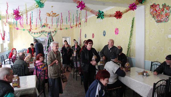 Российские военнослужащие посетили дом-интернат для престарелых и инвалидов в городе Яван 22 декабря 2017г - Sputnik Таджикистан