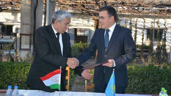 Гуманитарная помощь Республики Казахстан передана таджикской стороне - Sputnik Тоҷикистон
